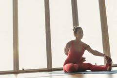 Чувственная женщина делая тренировку йоги стоковая фотография rf