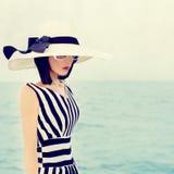 Чувственная женщина на каникулах стоковое изображение