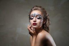 Чувственная женщина при искусство стороны и красные губы смотря вниз Стоковые Фото
