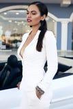Чувственная женщина при темные волосы представляя в роскошном автомобиле Стоковое Изображение RF