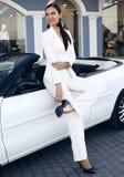 Чувственная женщина при темные волосы представляя в роскошном автомобиле Стоковые Изображения RF