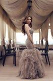 Чувственная женщина с длинными темными волосами в роскошном платье sequin Стоковые Изображения RF