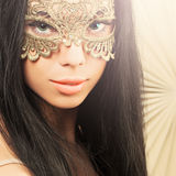 Чувственная женщина с маской масленицы Стоковое фото RF