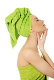 Чувственная женщина с полотенцем тюрбана Стоковая Фотография