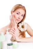 Чувственная женщина с продуктами skincare и ногтя стоковые изображения rf