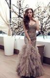 Чувственная женщина с темными волосами в роскошном платье sequin Стоковая Фотография RF