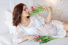 Чувственная красивая и очаровательная беременная женщина брюнет лежа дальше Стоковые Изображения RF