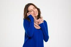 Чувственная красивая молодая женщина греясь мягким теплым шарфом Стоковые Изображения RF