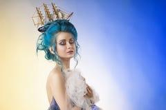 Чувственная маленькая девочка с нагими плечами и покрашенным голубым st волос стоковая фотография