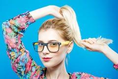 Чувственная милая девушка в модных Eyeglasses представляет в студии смотря камеру Портрет смешной белокурой женщины Стоковое Изображение