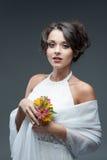 Чувственная молодая женщина с цветком стоковое изображение