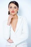 Чувственная молодая женщина в сексуальном белом обмундировании Стоковая Фотография
