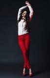 Чувственная представляя женщина в красных брюках Стоковые Фото