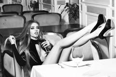 Чувственная сексуальная женщина Уверенно женщина в reataurant Стоковая Фотография