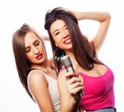 Чувственные девушки поя с микрофоном Стоковые Изображения