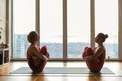 Чувственные 2 девушки размышляя в положении лотоса Стоковая Фотография