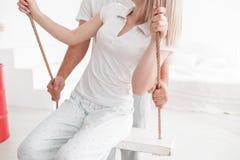 Чувственные молодые пары совместно в спальне Счастливые пары в влюбленности на белой предпосылке Стоковая Фотография RF