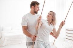 Чувственные молодые пары совместно в спальне Счастливые пары в влюбленности на белой предпосылке Стоковая Фотография