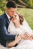Чувственные пожененные пары обнимая на солнечном дне Стоковое Изображение RF
