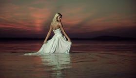 Чувственные танцы дамы в воде Стоковое фото RF
