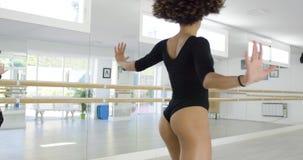 Чувственный и сексуальный женский танцор в черном bodysuit сток-видео