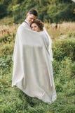 Чувственный красивый жених и невеста в одеяле на луге Стоковое Изображение RF