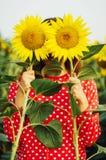 Чувственный портрет девушки в поле солнцецвета Портрет женщины в поле солнцецвета Стоковые Фотографии RF