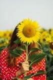 Чувственный портрет девушки в поле солнцецвета Портрет женщины в поле солнцецвета Стоковая Фотография