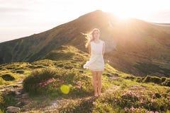 Чувственный портрет женщины в зацветая долине рододендрона стоковое фото