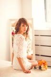 Чувственный портрет молодой женщины в спальне Стоковое Изображение RF