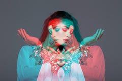 Чувственный совершитель исполнительницы танца живота в стиле двойной экспозиции Стоковое фото RF