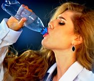Чувствительная женщина зубов выпивая холодную воду от бутылки Неожиданный Toothache Стоковые Фотографии RF