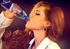 Чувствительная женщина зубов выпивая холодную воду от бутылки Неожиданный Toothache Стоковое Фото