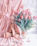 Чувствительное розовое платье полька-точки и бежевые сандалии с букетом тюльпанов Одежды и ботинки в нежном стиле Весна, настроен стоковое изображение rf