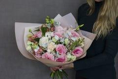 Чувствительный деревенский флористический букет в руках женщины Стоковая Фотография