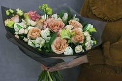 Чувствительный деревенский флористический букет в руках женщины Стоковые Изображения