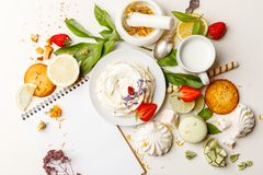 Чувствительный торт с помадками и клубниками на белой таблице стоковое изображение
