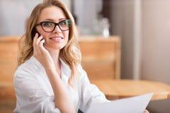 Чувствительная молодая женщина используя телефон Стоковое Фото