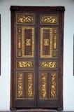 Чувствительной дверь Peranakan высекаенная древесиной с инкрустацией Penang Малайзией золота Стоковые Изображения RF