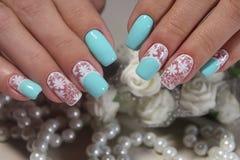 Чувствительные ногти белые с синью Стоковое Фото