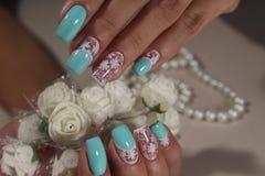 Чувствительные ногти белые с синью Стоковая Фотография
