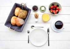 Чувствительный завтрак на белой таблице Стоковое Изображение RF
