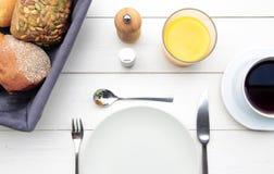 Чувствительный завтрак на белой таблице Стоковая Фотография RF