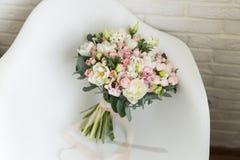 Чувствительный bridal букет на стуле стоковая фотография