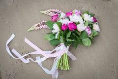 Чувствительный bridal букет с белыми и розовыми пионом и растительностью Стоковое фото RF