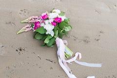 Чувствительный bridal букет с белыми и розовыми пионом и растительностью стоковые фото