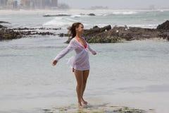 Чувствовать свежий ветерок пляжа Стоковая Фотография RF