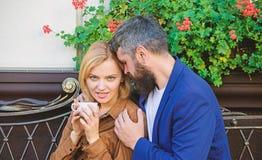 Чувствовать чувственный E   женщина и человек с бородой ослабить в кафе Во первых встреча  стоковые изображения rf