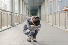 Чувство бизнес-леди беспомощное и тоскливость Стоковые Фотографии RF
