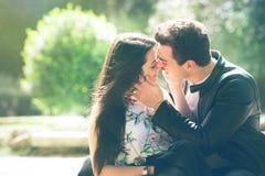 Чувство влюбленности пар Любящая сработанность первый поцелуй Ласки и поцелуи стоковое изображение rf